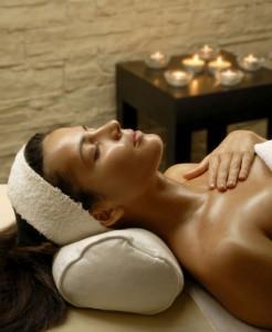 Frau entspannt in einem Thermalbad Hotel