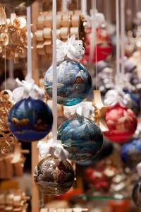 Christbaumkugeln auf Weihnachtsmarkt